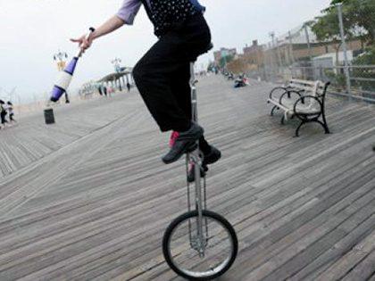 Empregado falso em monociclo