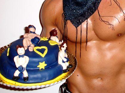 Espetáculo de striptease + Bolo erótico