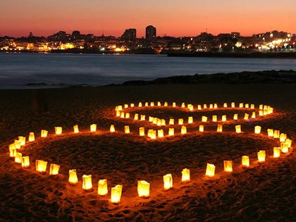 Mensagem surpresa em lanternas de papel na praia à noite