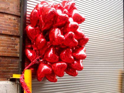 Decoração da entrada de uma garagem com balões e mensagem personalizada