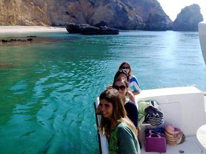 Piquenique numa praia semideserta com acesso de barco
